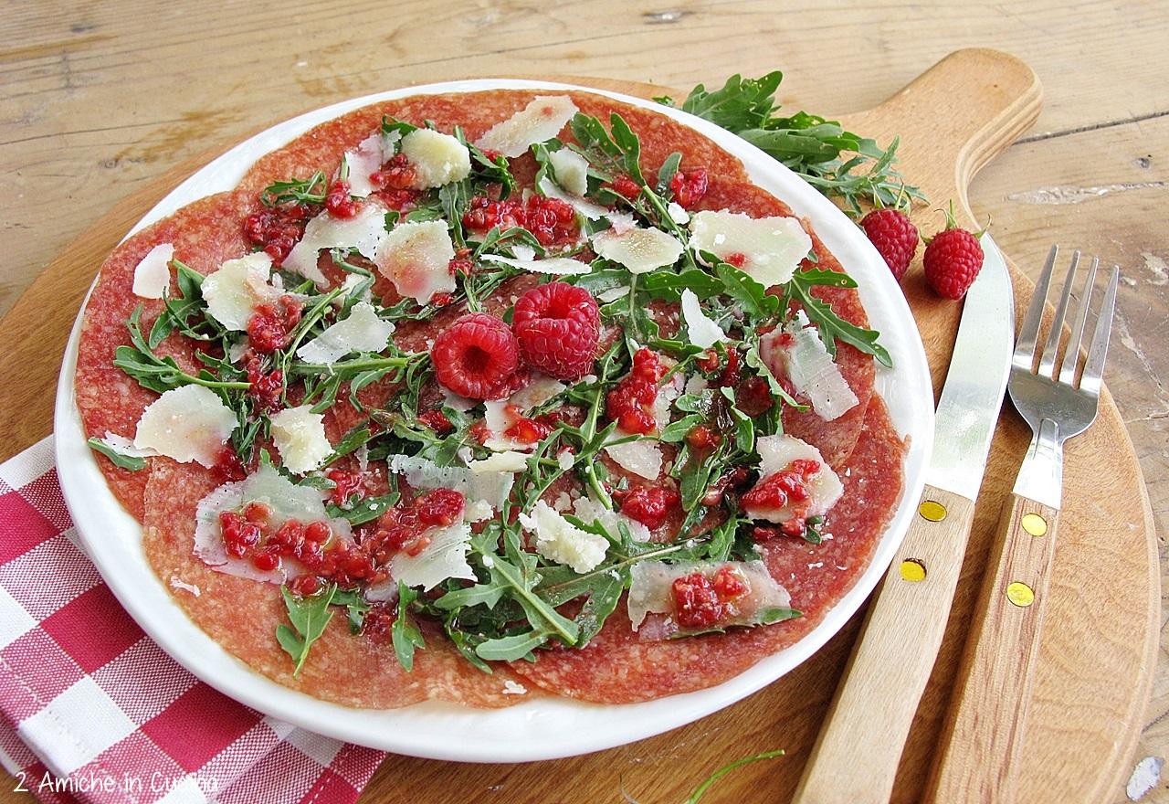 piatto freddo con salame e lamponi