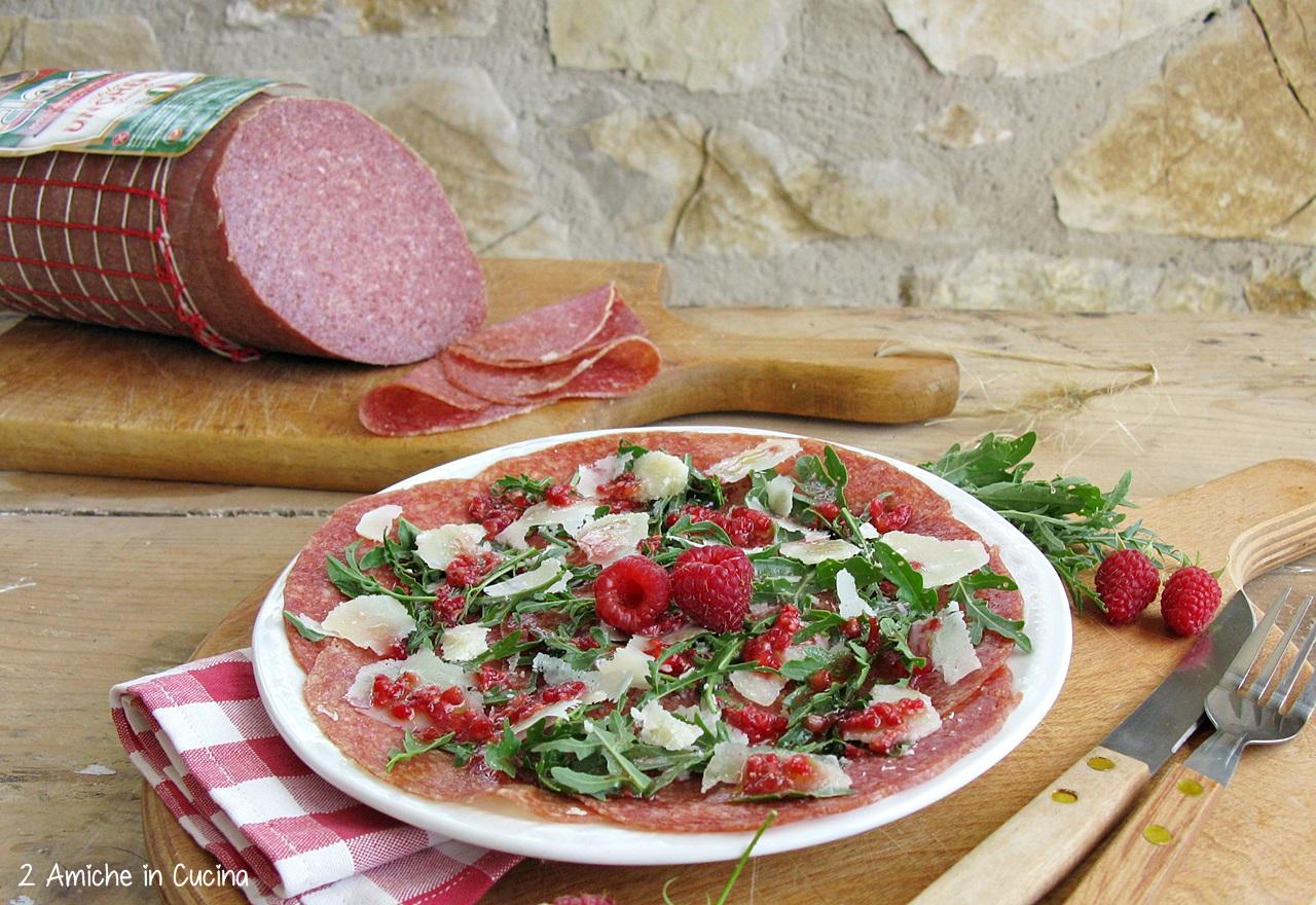 Salame ungherese con rucola, Parmigiano Reggiano e lamponi
