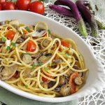 Spaghetti con vongole, seppie e melanzane perline