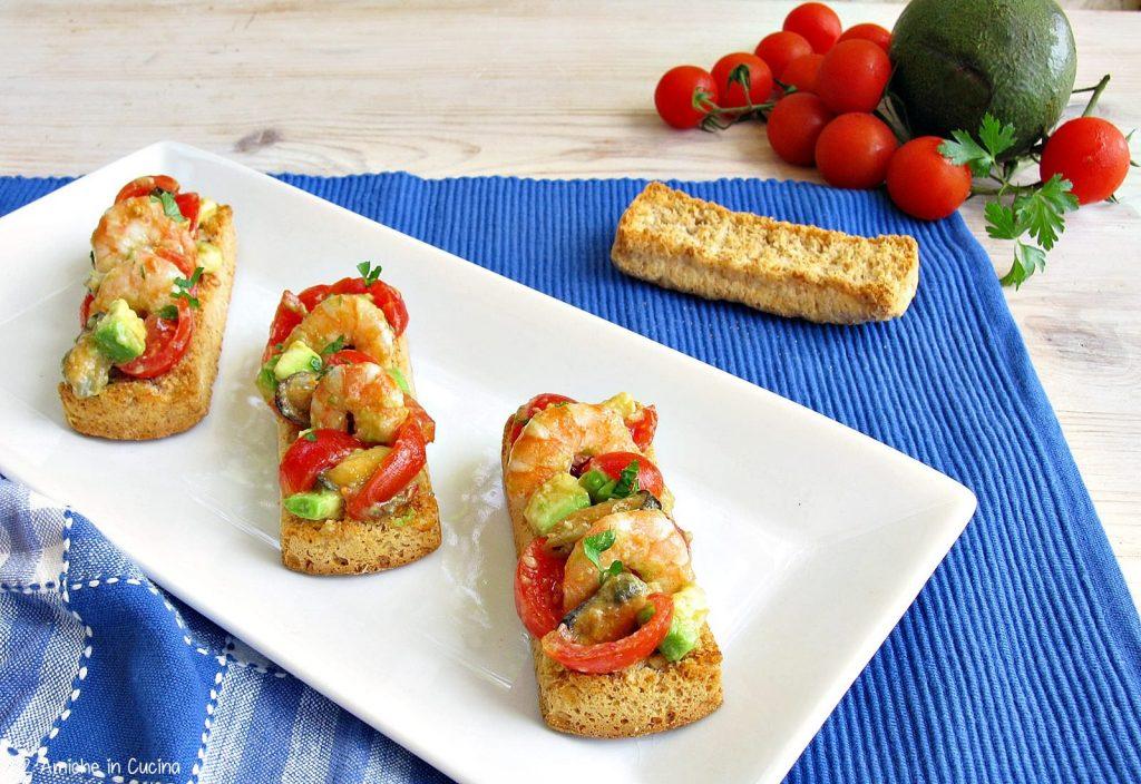 Crostini ai frutti di mare, avocado e pomodorini
