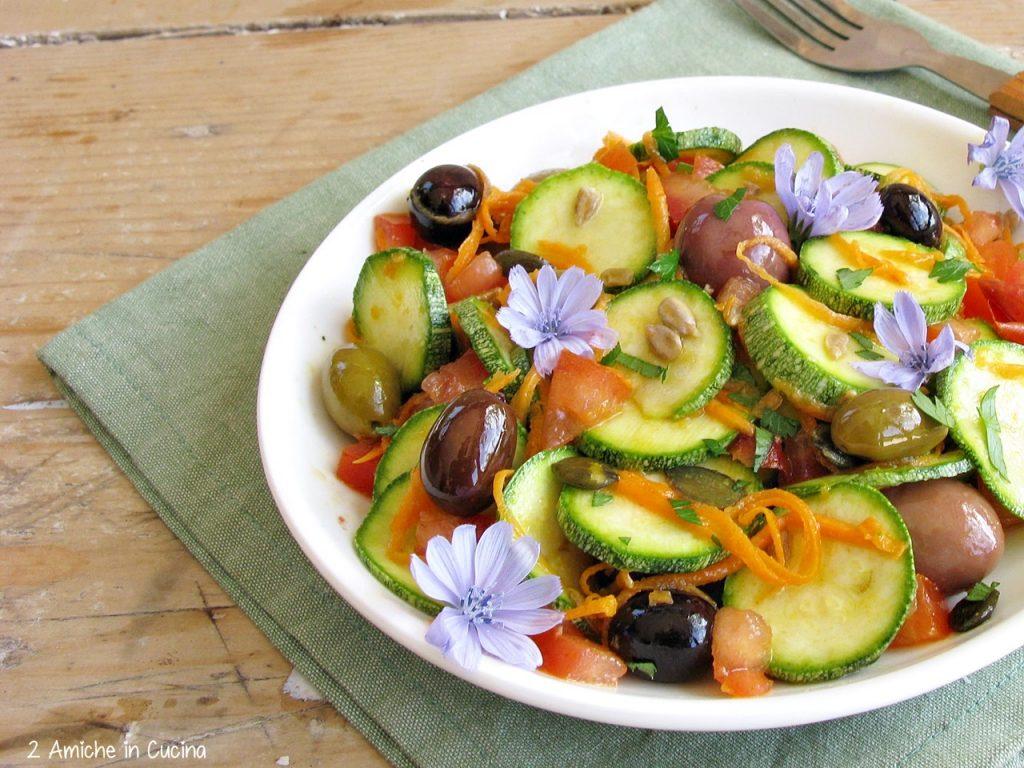 Insalata di zucchine crude e olive piccanti