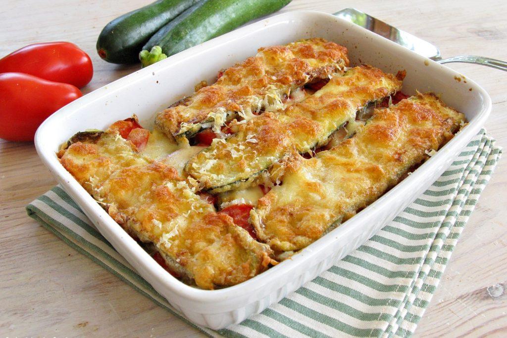 Parmigiana di zucchine con pomodori a crudo