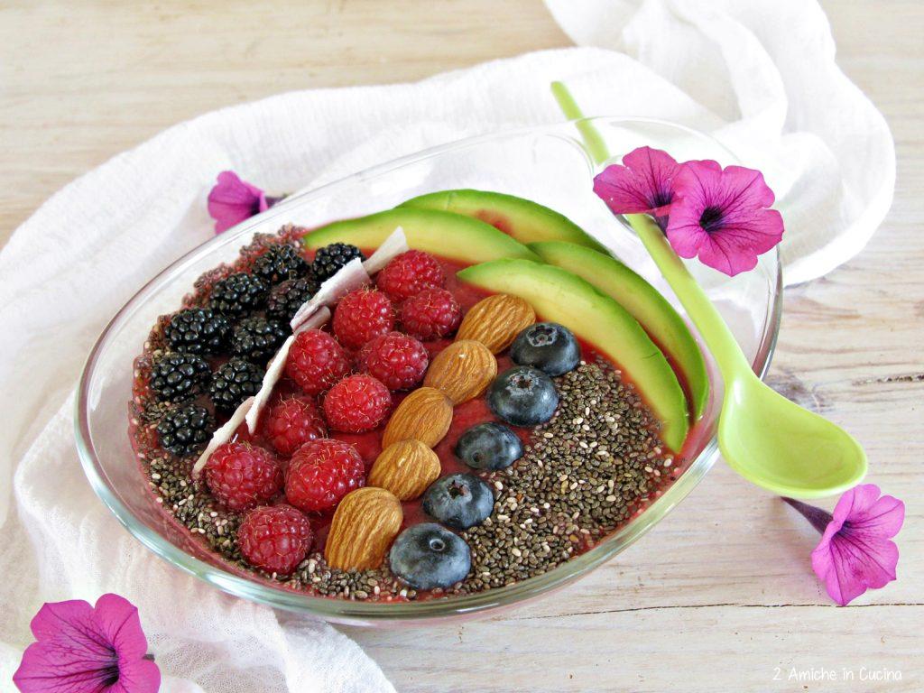 Smoothie bowl ai frutti di bosco e aloe vera