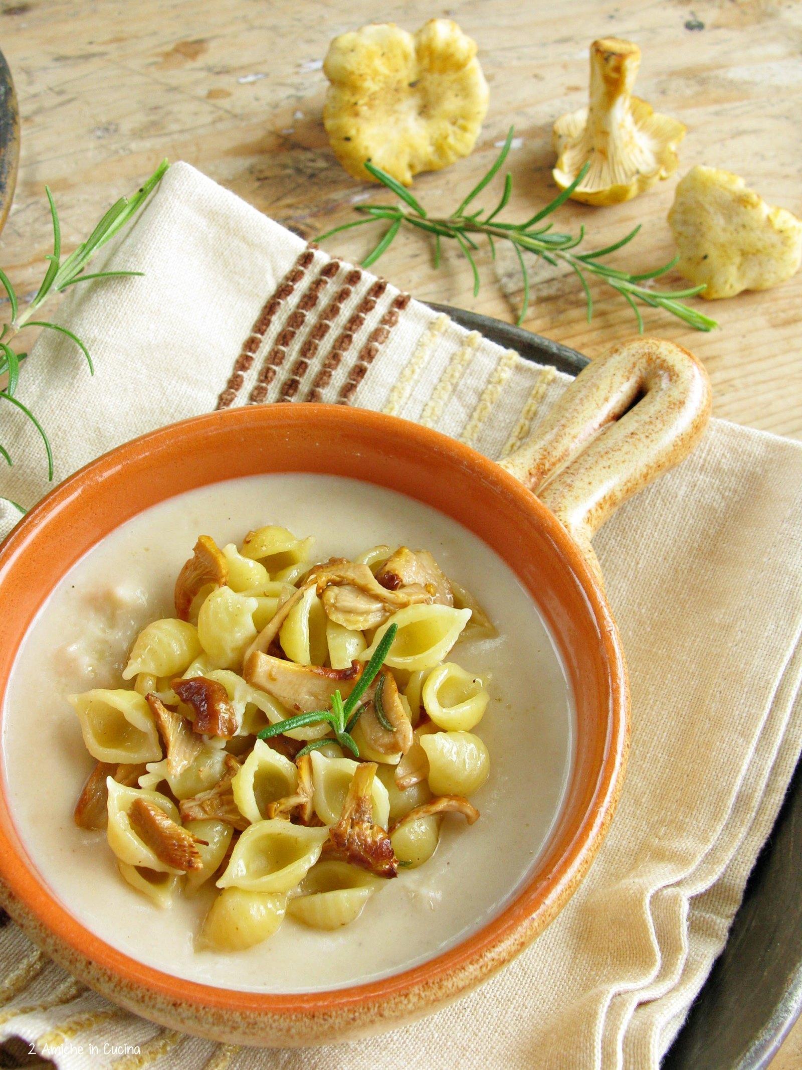 Crema di fagioli, conchiglie e funghi galletti