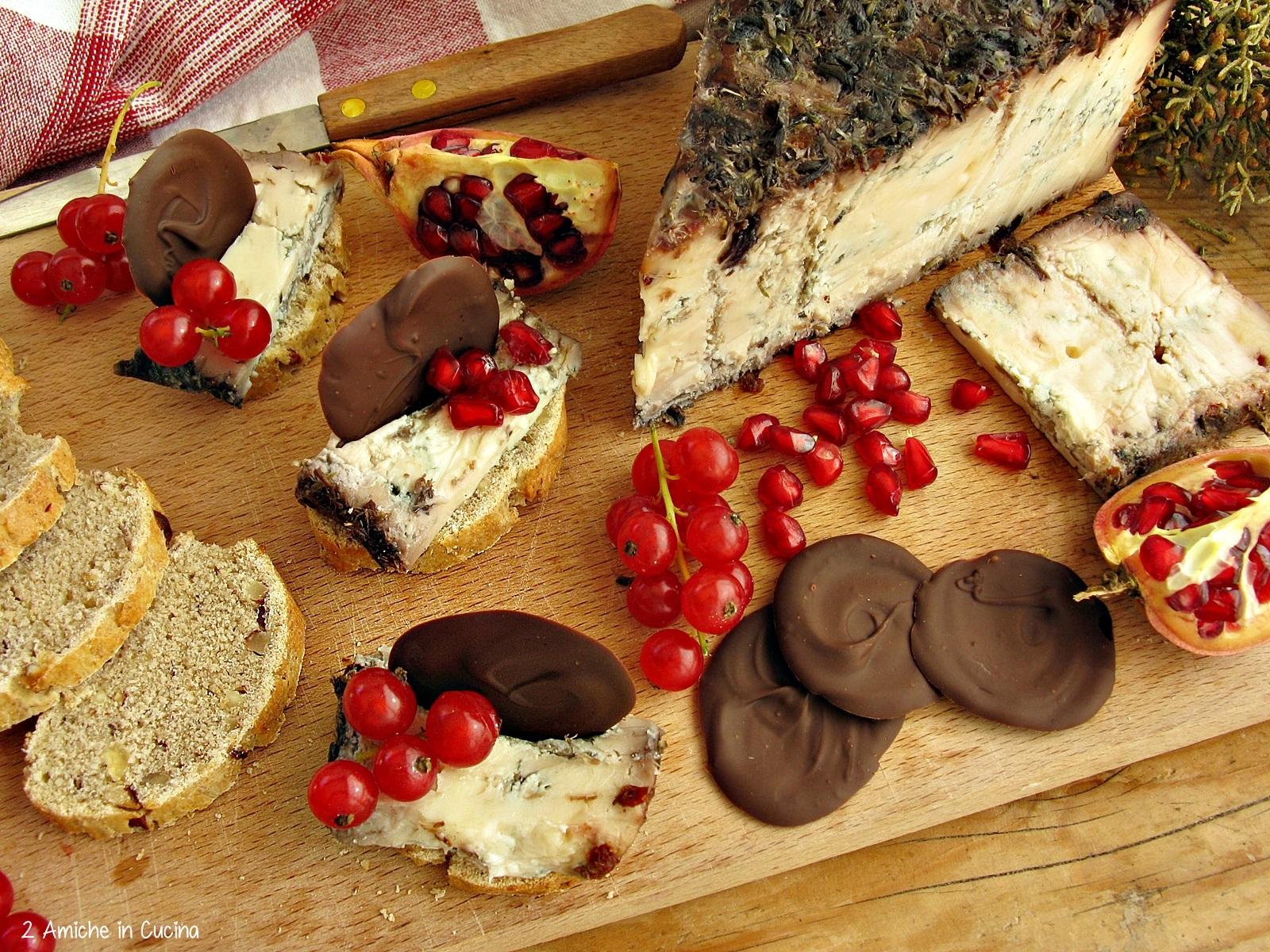 blu-di-bagnoli-con-pane-alle-nocciole-e-miele-frutti-rossi-e-cioccolato-fondente-3