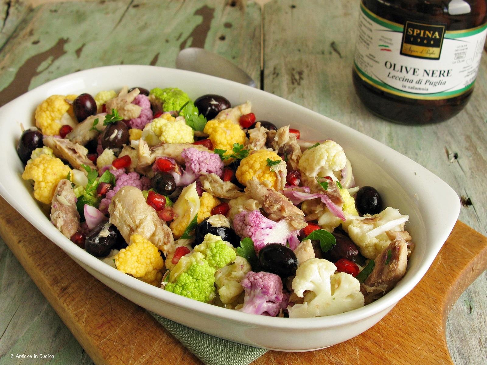 cavolfiore colorato in insalata con olive nere e sgombro sottolio