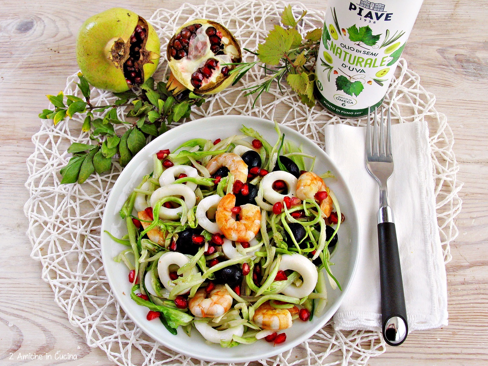 insalata di puntarelle, seppie, gamberi, olive e melagrana