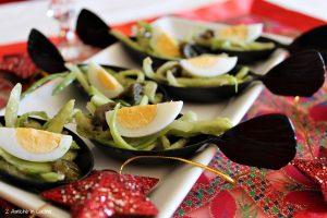 Puntarelle con salsa alle alici e avocado con uova di quaglia