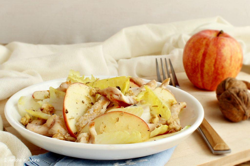 Insalata di pollo e indivia con mele e noci