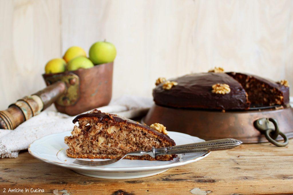 Torta di mele e noci con glassa al cioccolato