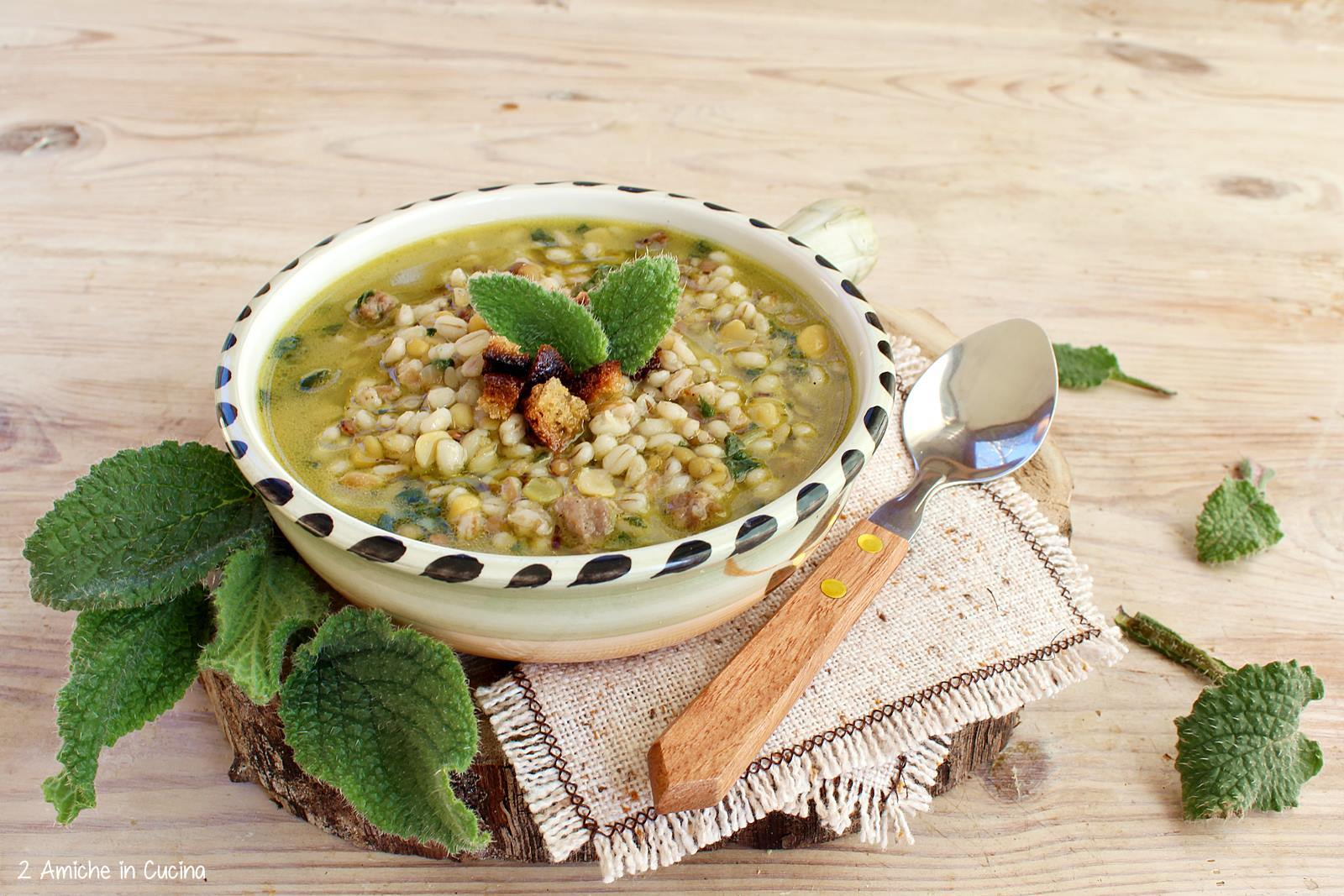 Zuppa di legumi e cereali con salsiccia e borragine