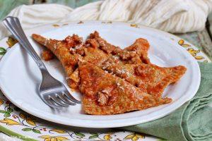 Ravioli integrali patate e cicoria con  salsiccia e pomodoro
