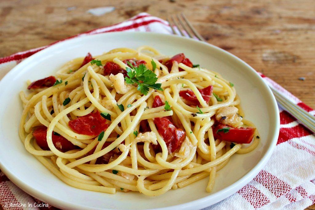 Spaghetti con baccalà e pomodori