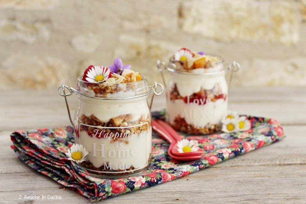 Yogurt vegetale con granola e lamponi