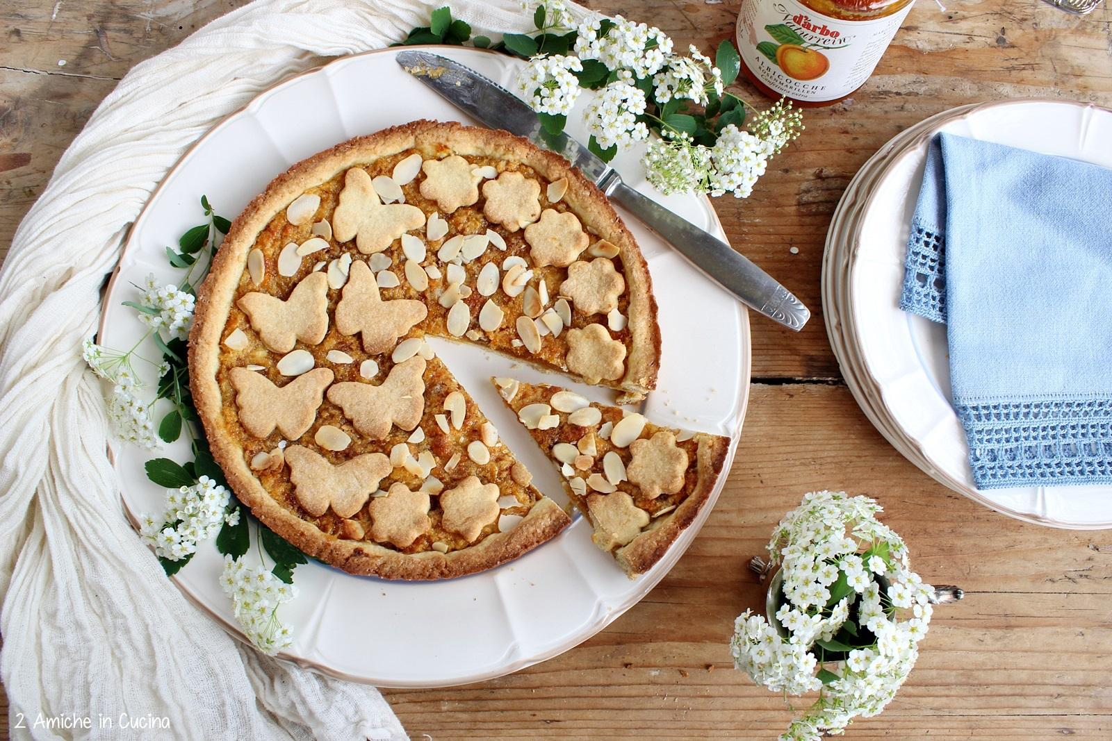 Crostata con confettura di albicocche e colomba