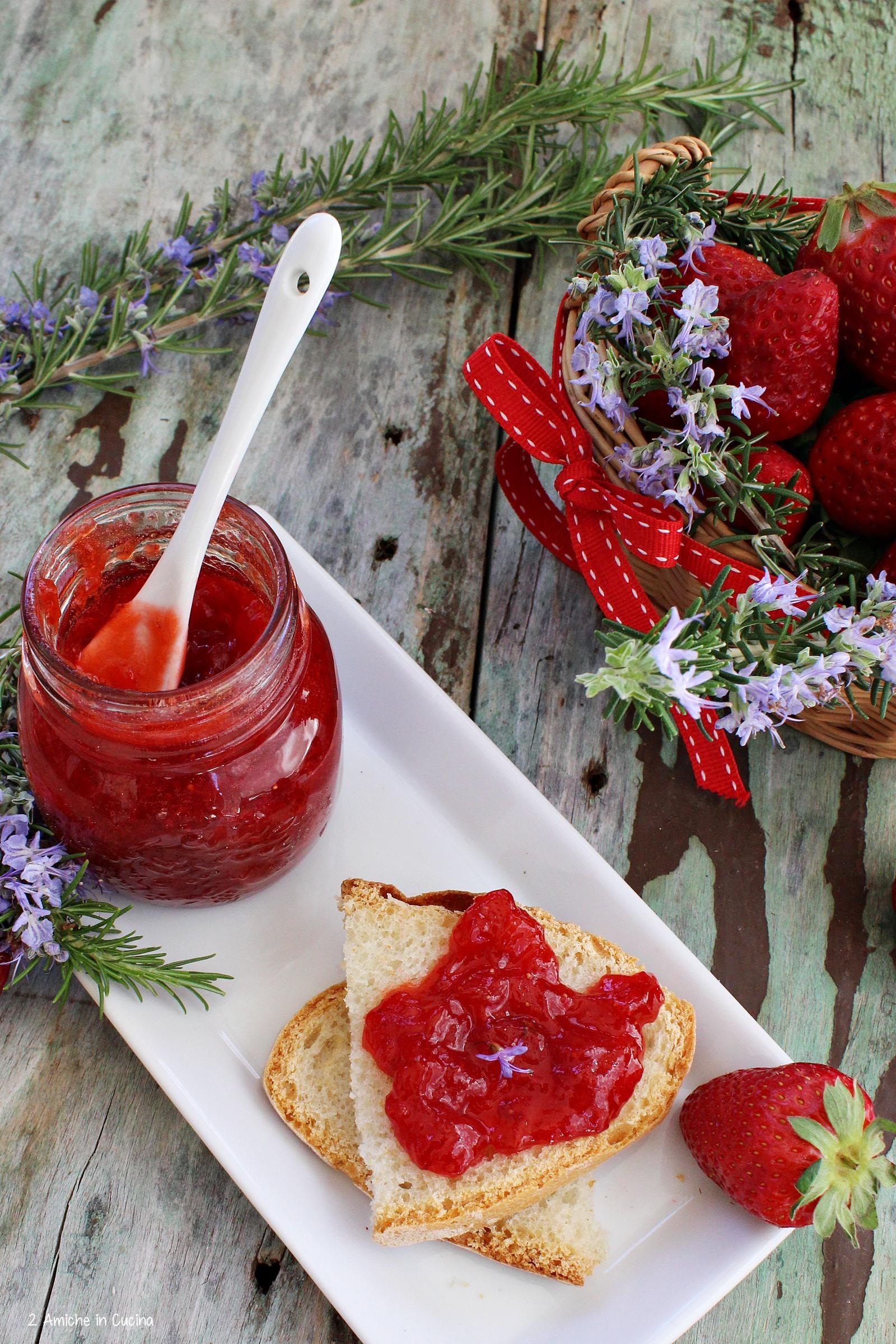 confettura di fragole profumata al rosmarino