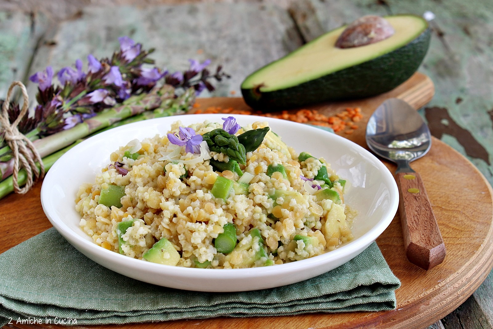 Primo piatto vegan con verdure e avocado