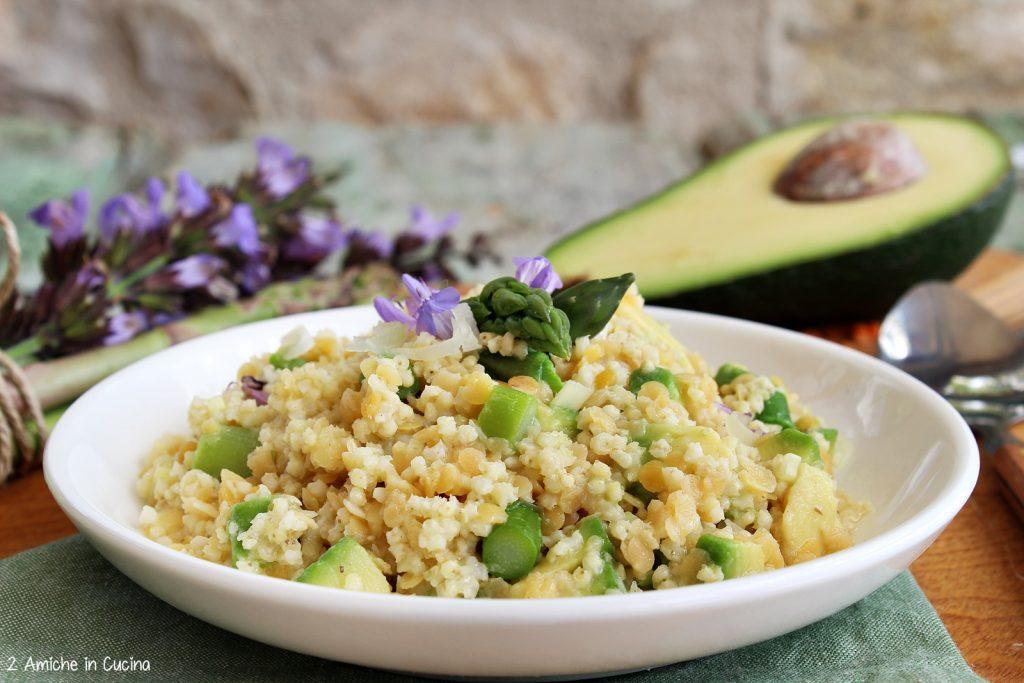 Miglio e lenticchie rosse con asparagi e avocado