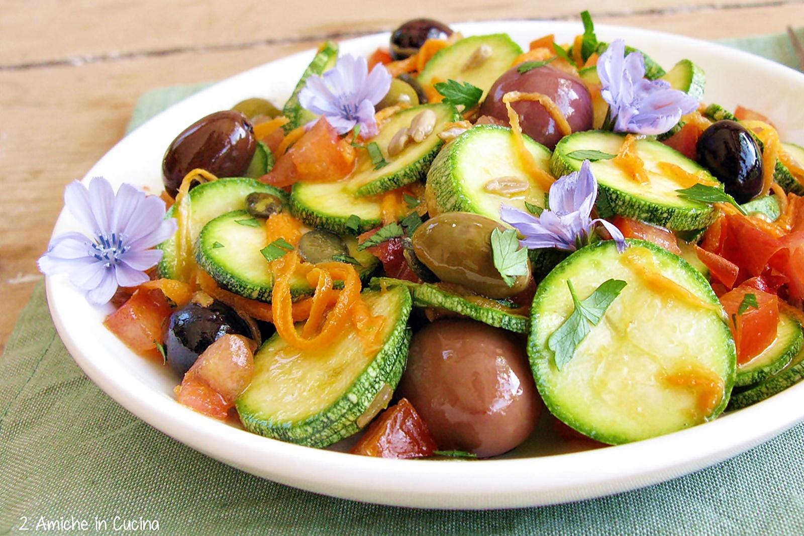 Insalata di zucchine crude con olive piccanti