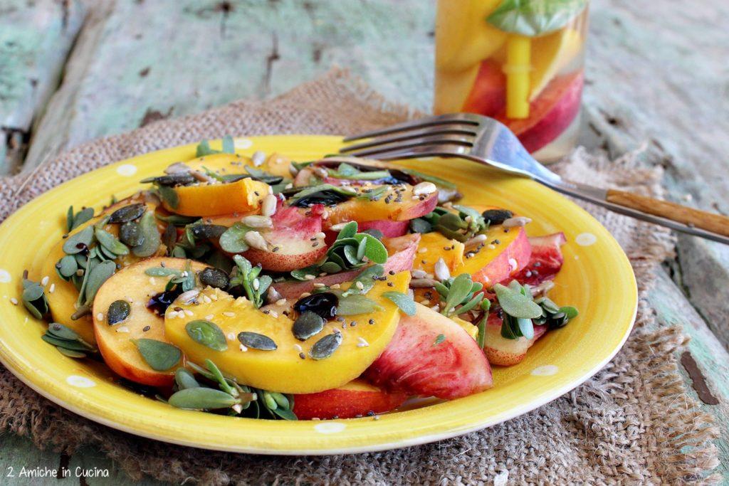 Insalata di pesche, portulaca e semi con acqua aromatizzata alle pesche limone e basilico