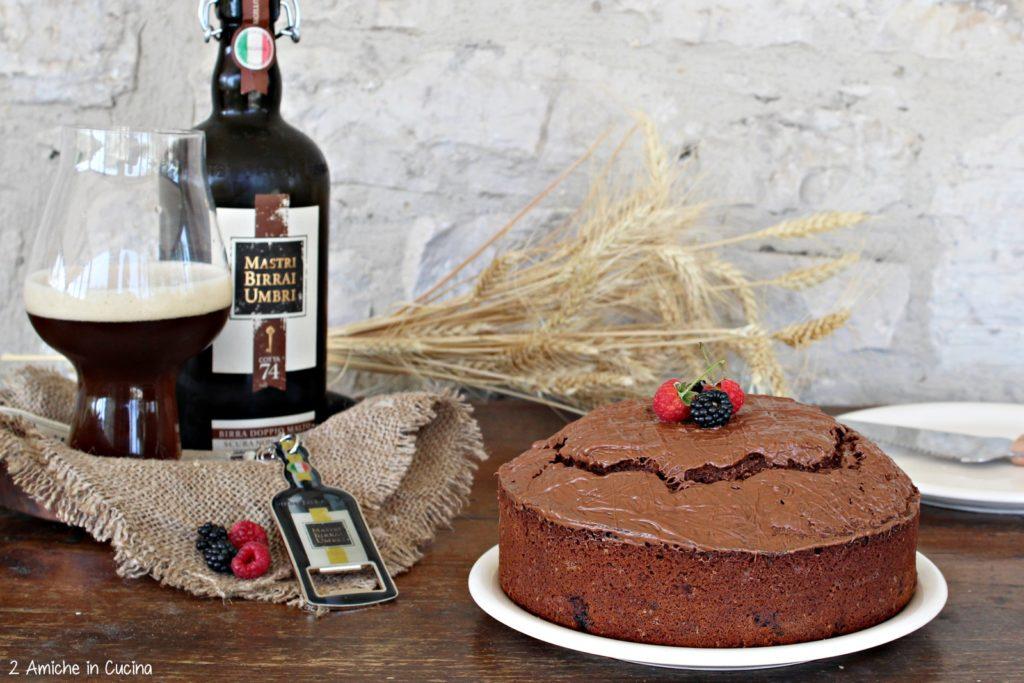 Torta al cioccolato e birra con frutti rossi