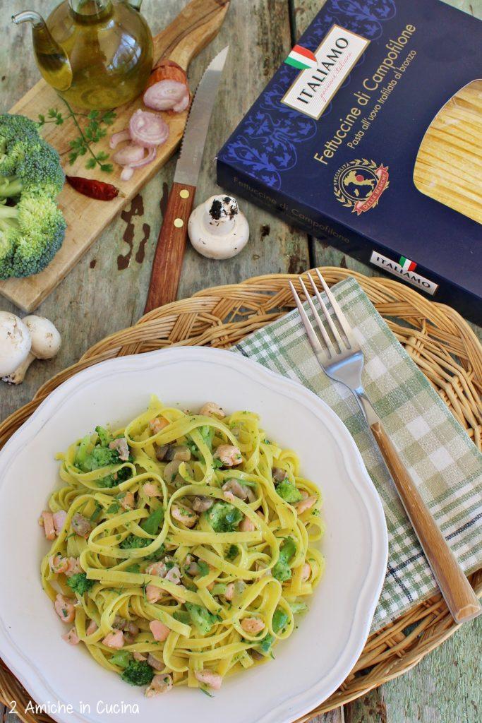 Fettuccine al salmone con funghi e broccolo