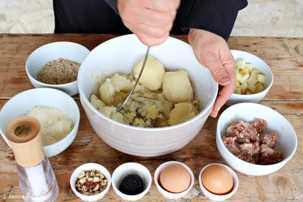 Sformato di patate e salsiccia con tartufo e nocciole passo passo