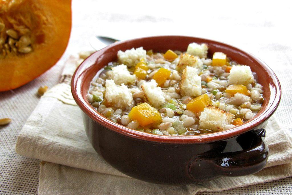zuppa di legumi e cereali con zucca e crostini piccanti