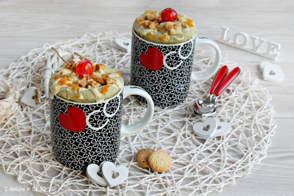 Mug cake profumata alla frutta, con biscotti e cioccolato bianco