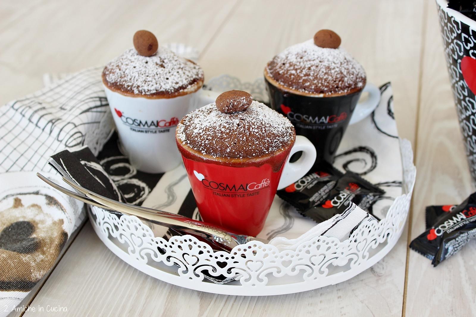 Mug cake al cacao caffè e rum la torta in tazza pronta in