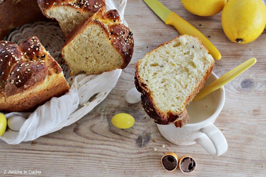 Treccia di brioche alla ricotta, limone e mix di sesamo