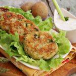 Burger di grano saraceno e patate con asparagi e maggiorana