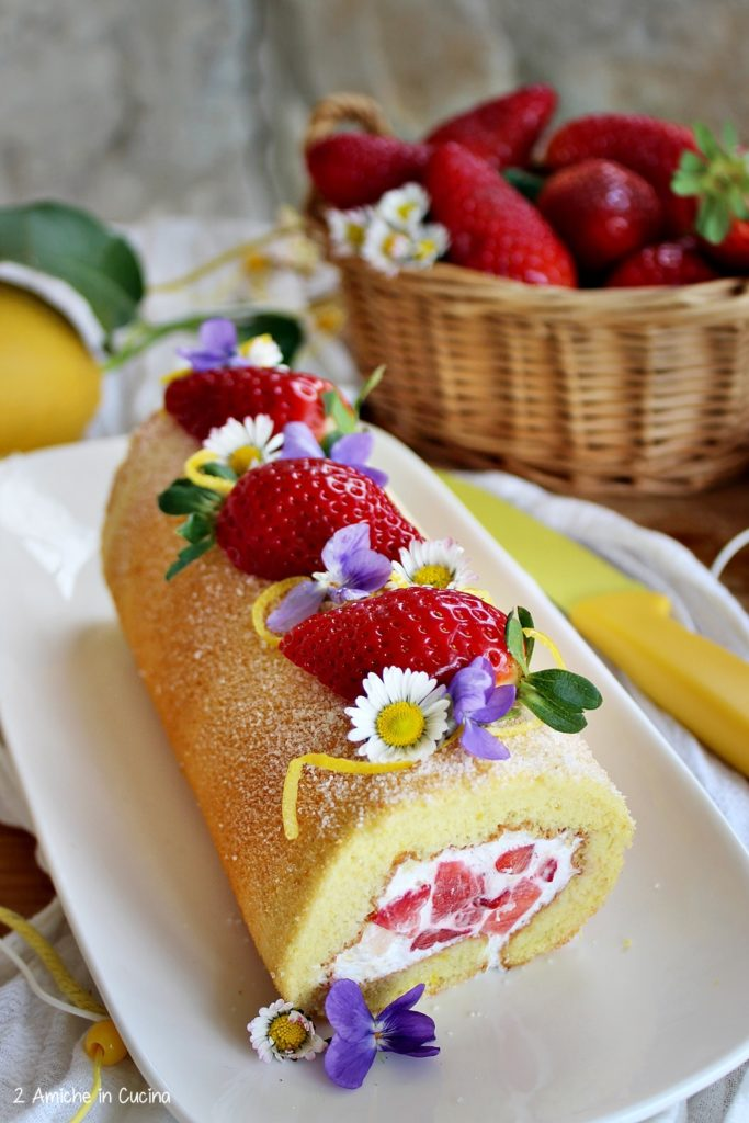 Rotolo al limone, con panna e fragole