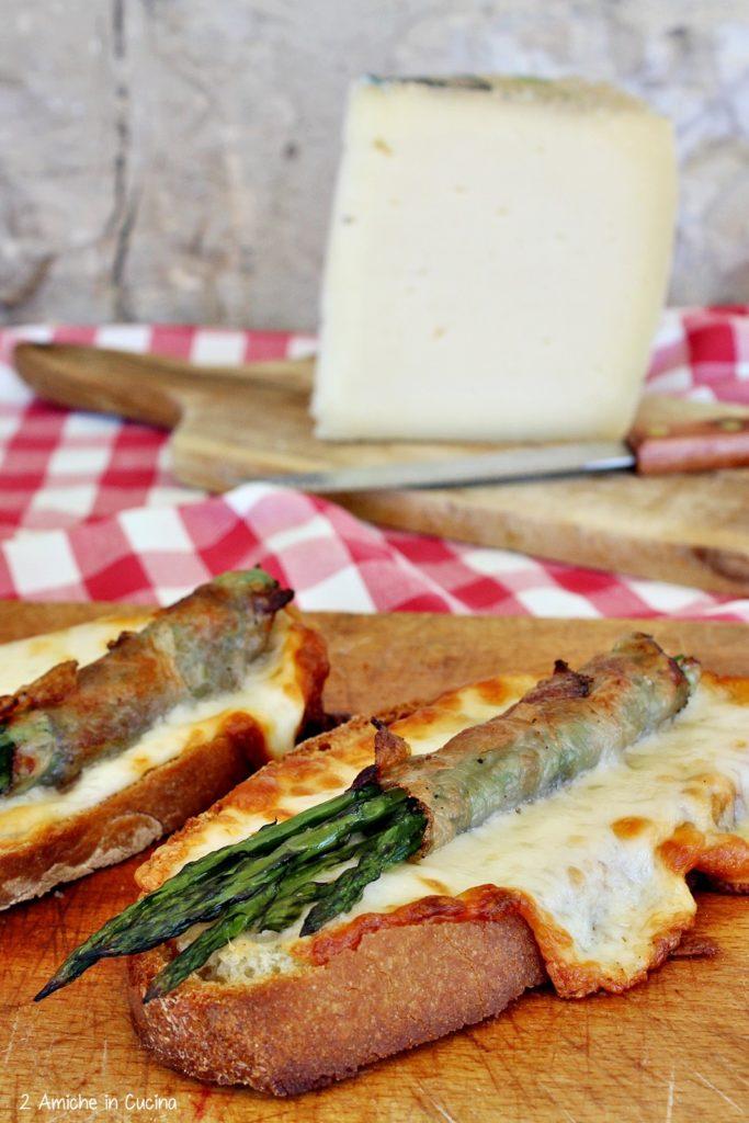 Crostone al pecorino con asparagi e guanciale