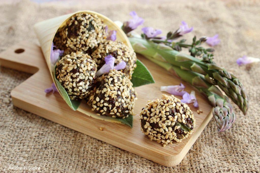 Polpette di quinoa e asparagi al sesamo