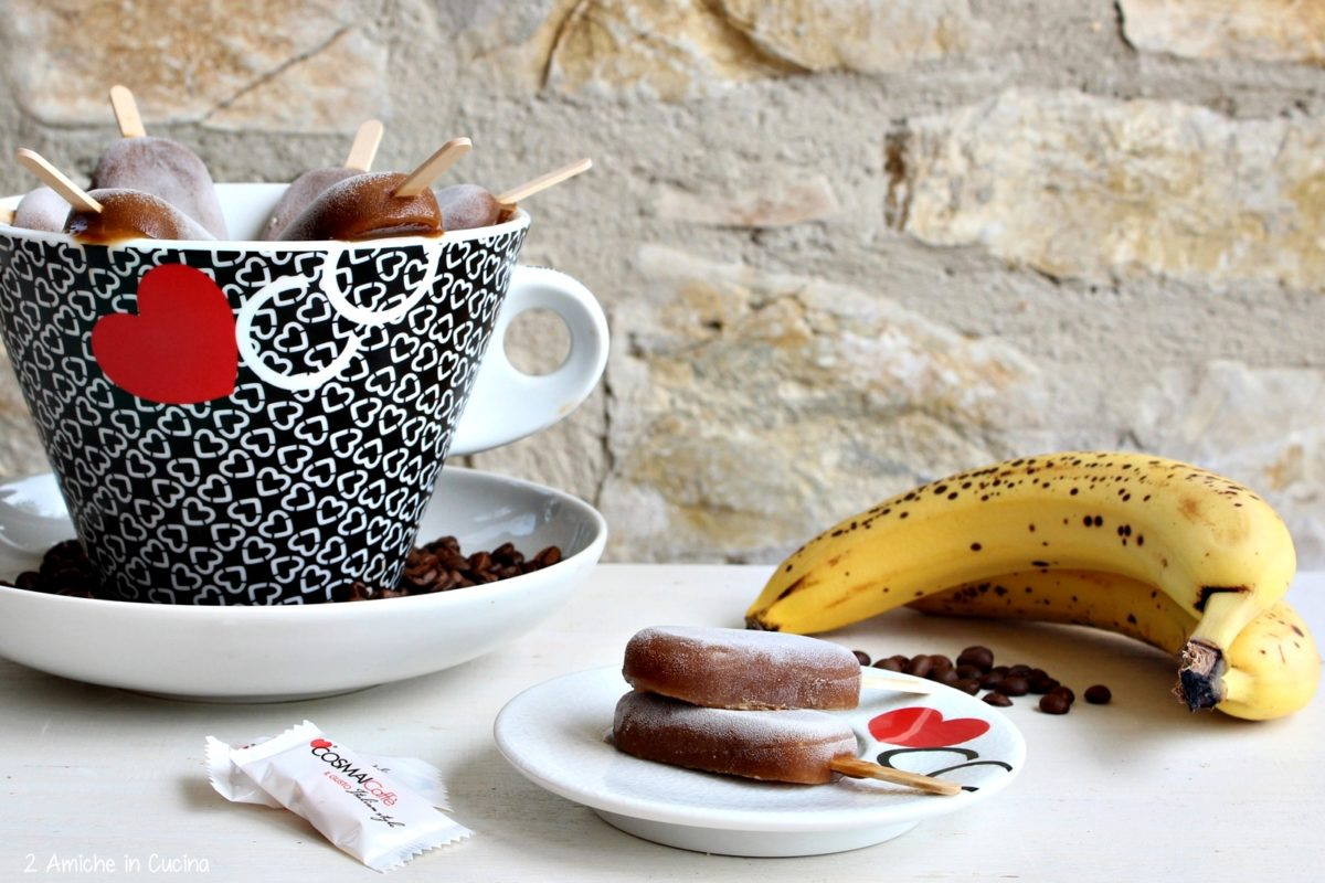 Ghiaccioli al caffè, banana, biscotti e spezie