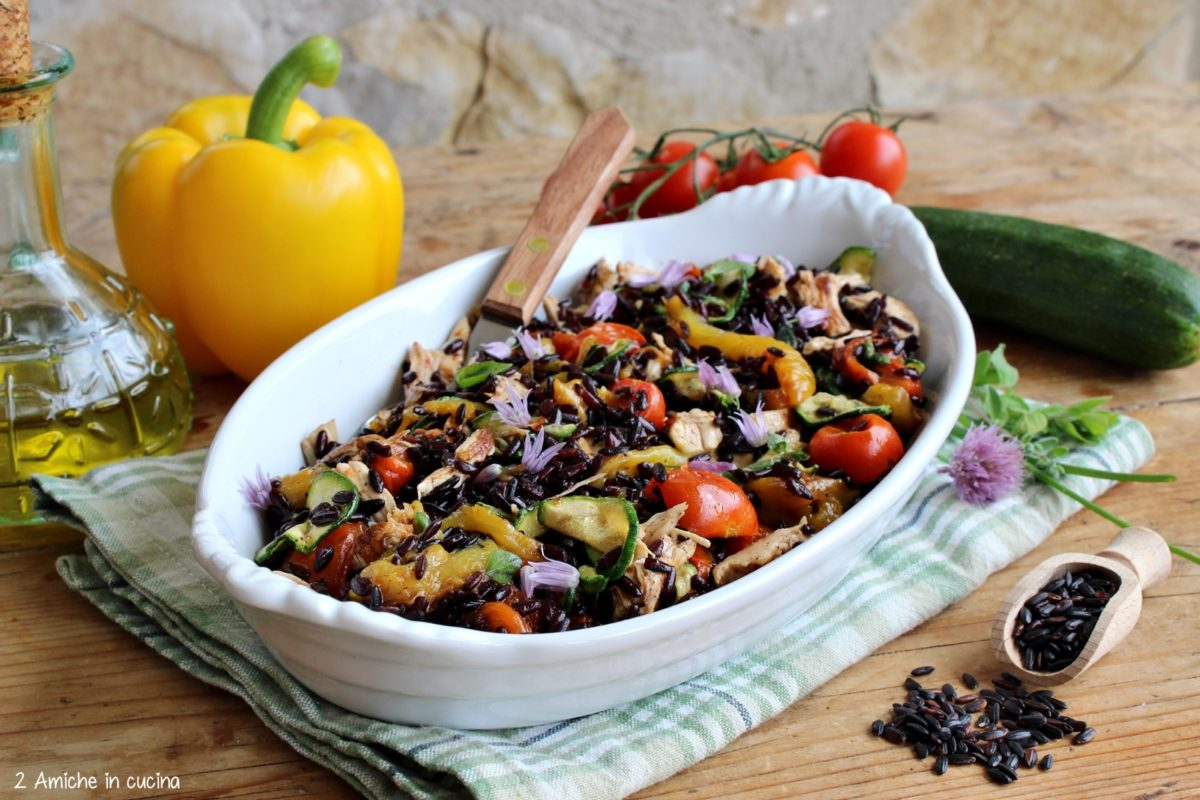 Insalata di riso integrale nero con verdure e pollo