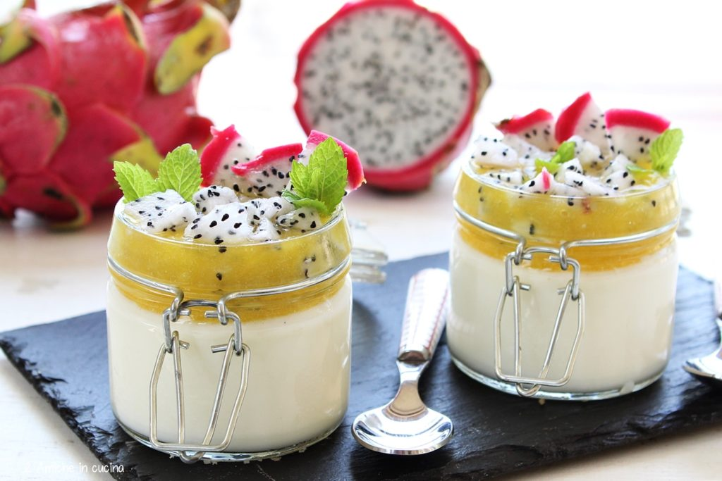 Panna cotta al dragon fruit e salsa alle pesche