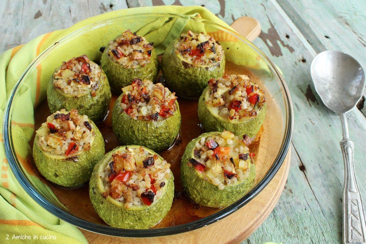 zucchine ripiene di sorgo, ricetta vegan per l'estate