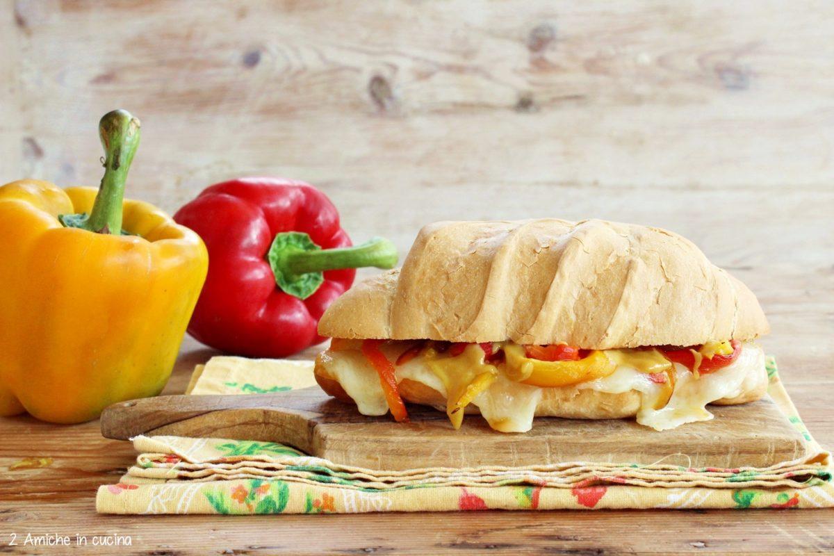 panino con peperoni, pecorino e senape al miele