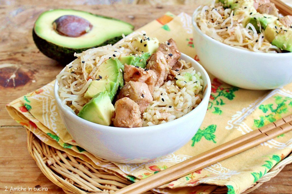 poke bowl avocado e salmone, ricetta delle hawaii senza pesce crudo