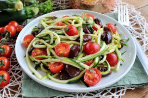 Spaghetti di zucchine con fagioli e pomodorini