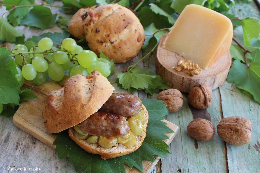 Pan nociato con salsicce all'uva