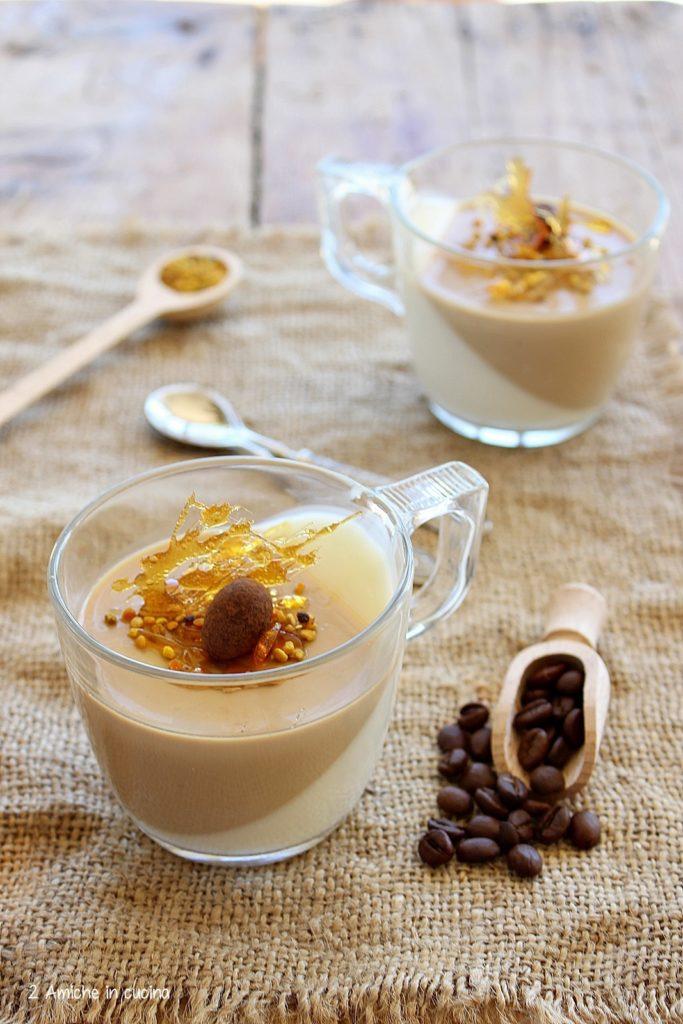 panna cotta bicolore al caffè, fili di caramello, polline e mandorle al cioccolato