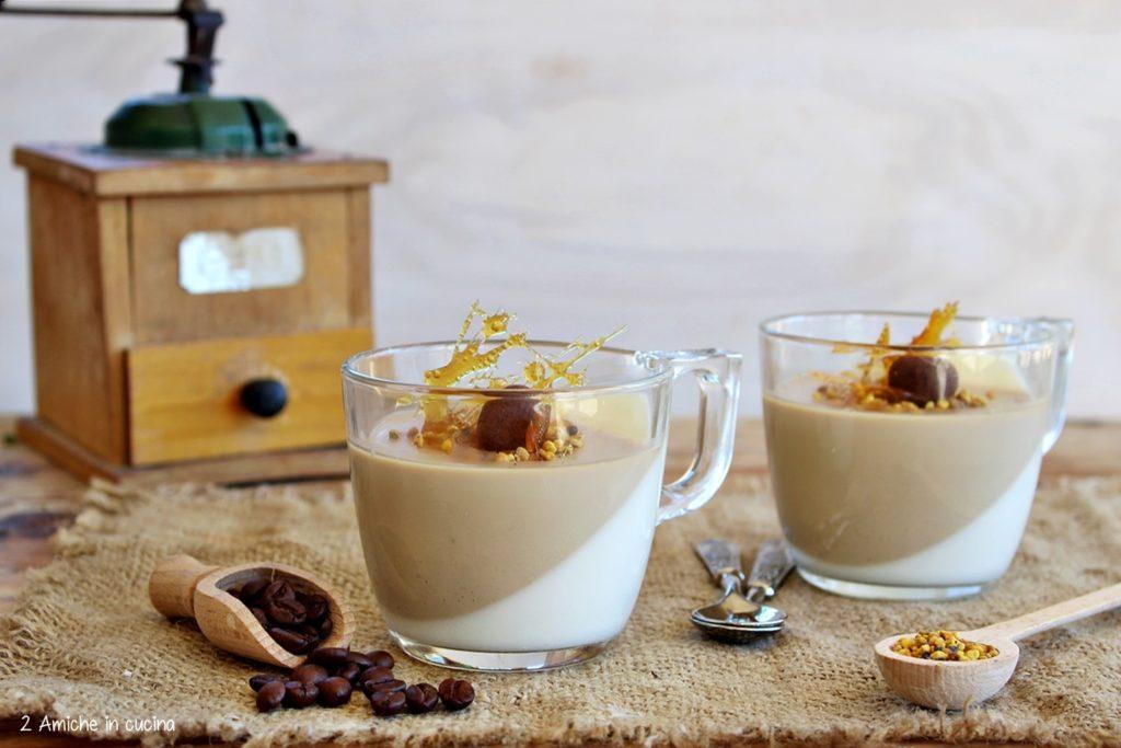 Panna cotta bicolore al caffè con polline e caramello