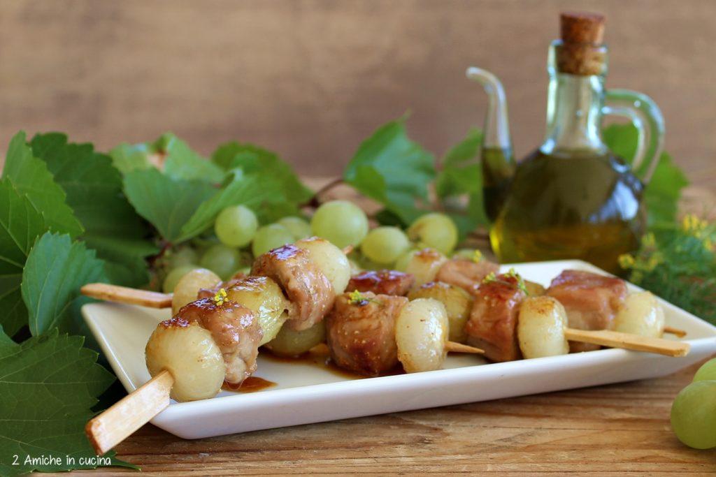 Ricetta per preparare gli spiedini di maiale con uva e cipolline in agrodolce