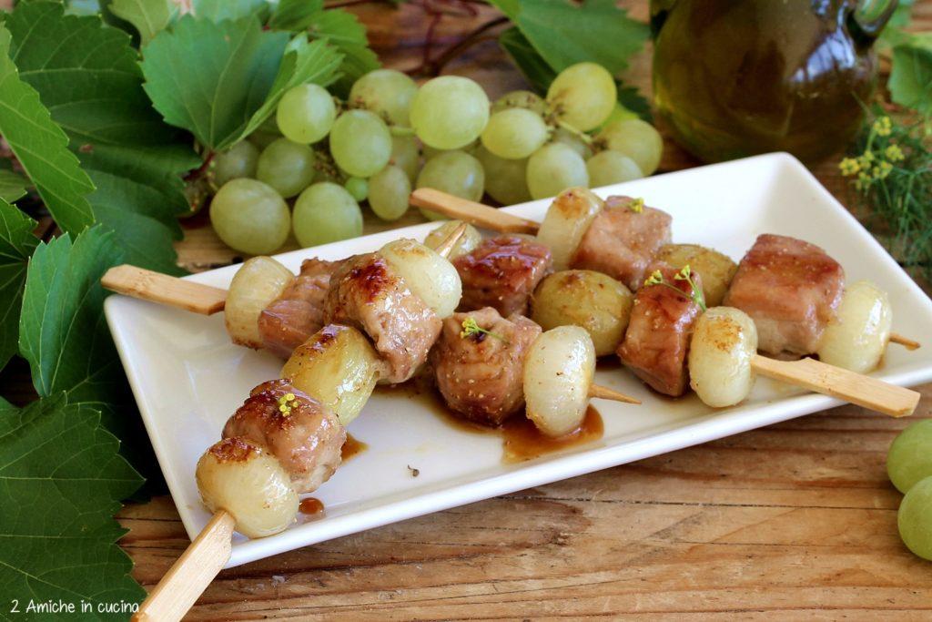 Spiedini di maiale con uva e cipolline