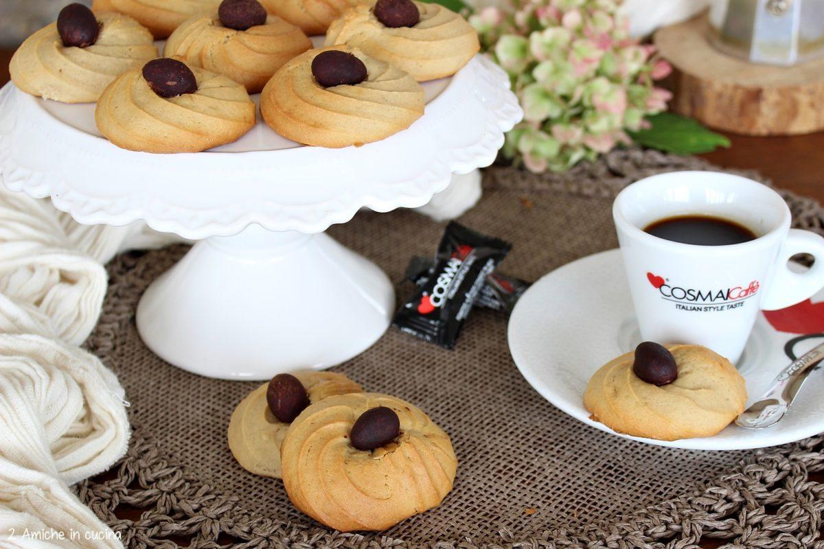 Biscotti al mascarpone e caffè con mandorle al cioccolato