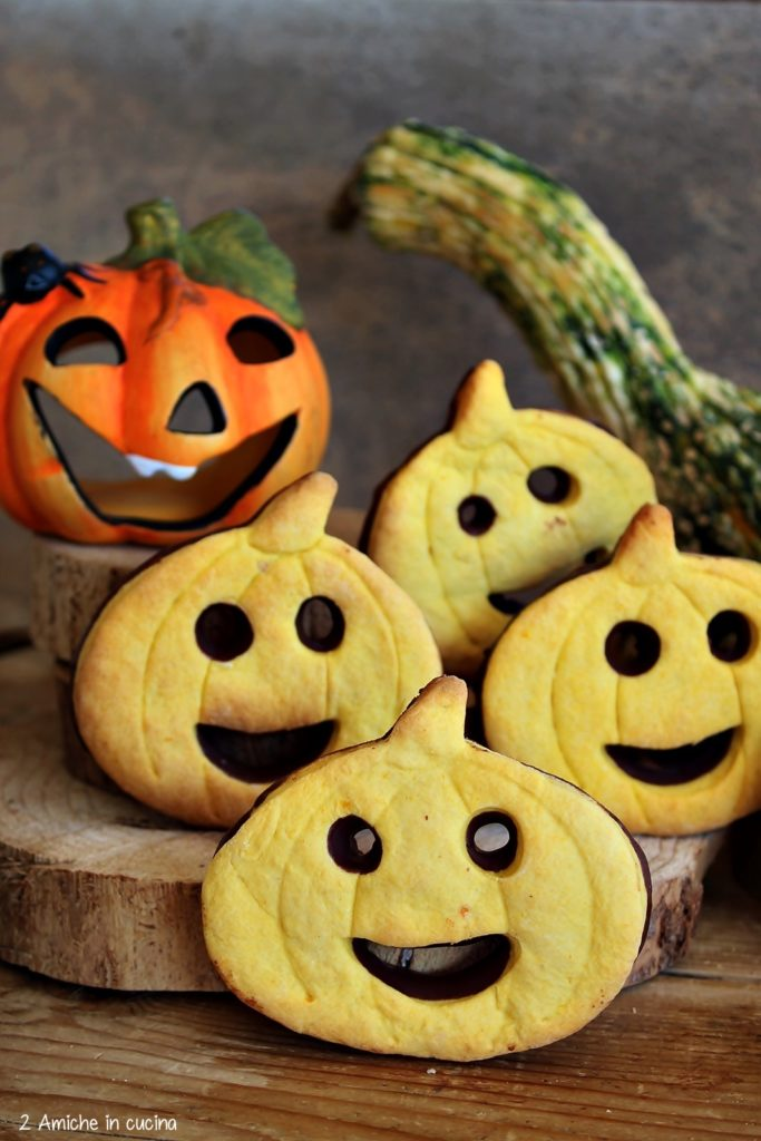 Come preparare i biscotti alla zucca e arancia con cioccolato fondente, ricetta per Halloween