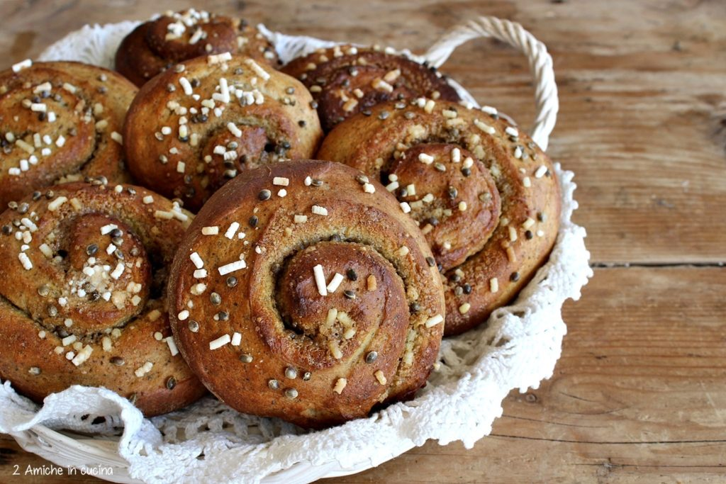 Cinnamon rolls alla canapa per il cinnamon buns day